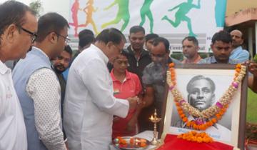 जनसम्पर्क मंत्री श्री पी.सी. शर्मा ने राष्ट्रीय खेल दिवस पर बिशनखेडी स्थित साई मे मेजर ध्यानचंद की फोटो पर माल्यार्पण किया।