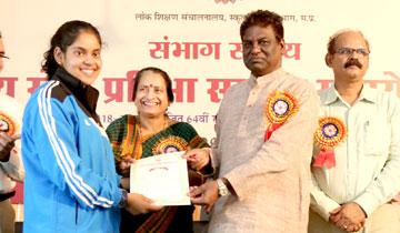 स्कूल शिक्षा मंत्री डॉ. प्रभुराम चौधरी ने शासकीय कन्या मा. विद्यालय बी.एच.ई.एल. में शालेय खेल प्रतिभा सम्मान समारोह में 64वीं राष्ट्रीय शालेय क्रीड़ा प्रतियोगिता के विजेता विद्यार्थियों को प्रशस्ति-पत्र एवं पुरस्कार दिये।