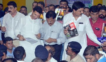"""लोक निर्माण मंत्री श्री सज्जन सिंह वर्मा और देवास जिले के प्रभारी मंत्री श्री जीतू पटवारी ने आज देवास में """"आपकी सरकार आपके द्वार"""" शिविर में जन-समस्याओं को सुना और निराकरण किया।"""