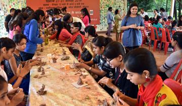 भोपाल के शाहपुरा लेक के नजदीक एप्को परिसर में ग्रीन गणेश अभियान के अंतर्गत मिट्टी से गणेश प्रतिमा बनाने की इन दिनों कार्यशाला चल रही है।