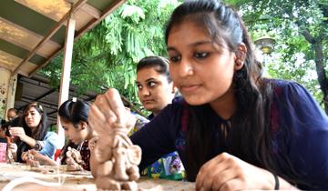 भोपाल के शाहपुरा लेक के नजदीक एप्को परिसर में ग्रीन गणेश अभियान के अंतर्गत मिट्टी से गणेश प्रतिमा बनाने की इन दिनों कार्यशाला चल रही है। आज कार्यशाला में महिला पॉलिटेक्निक कॉलेज की छात्राओं ने मिट्टी से गणेश प्रतिमा तैयार की।
