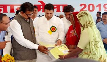 उच्च शिक्षा मंत्री श्री जीतू पटवारी ने इंदौर में कृषि विज्ञान मेले में हितग्राहियों को स्वाइल हेल्थ कार्ड वितरित किए।