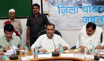 ऊर्जा मंत्री श्री प्रियव्रत सिंह ने जबलपुर में जिला योजना समिति की बैठक में विभिन्न योजनाओं की समीक्षा की।