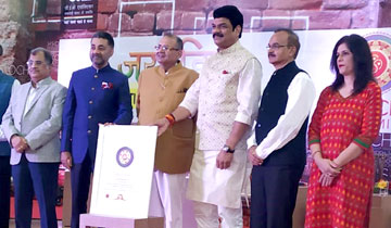 परिवहन एवं राजस्व मंत्री श्री गोविन्द सिंह राजपूत दिल्ली में स्कॉच अवार्ड प्राप्त करते हुए।