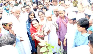 अल्पसंख्यक कल्याण मंत्री श्री आरिफ अकील ने नारियलखेड़ा स्थित मैदान में पौध-रोपण किया।